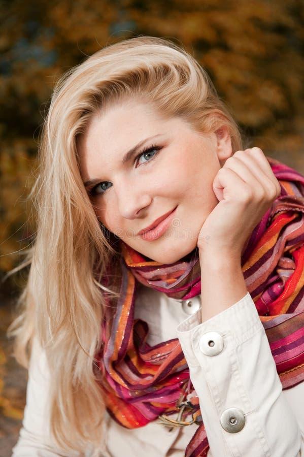 Beautifull glückliches Mädchen in einem Herbstpark lizenzfreies stockbild