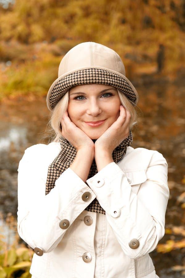 Beautifull glückliches Mädchen in einem Herbstpark stockbilder