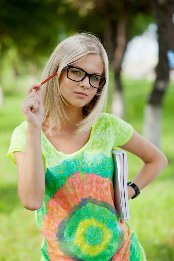 Beautifull högskolestudent i park arkivfoton