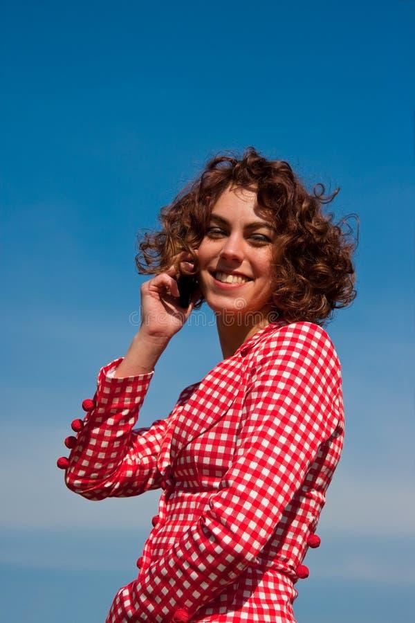 Beautifull junge Frauen, die auf Handy sprechen stockfotos