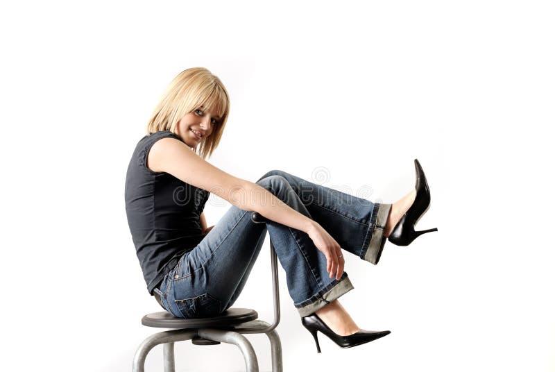 Beautifull, mulher loura nova 'sexy' que senta-se na corrente alternada imagens de stock royalty free