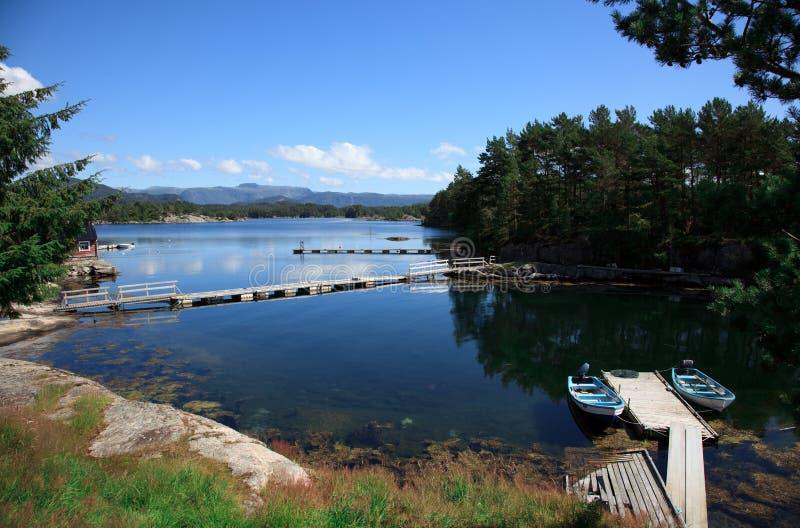 Beautifull Noruega, bahía con los barcos imagenes de archivo