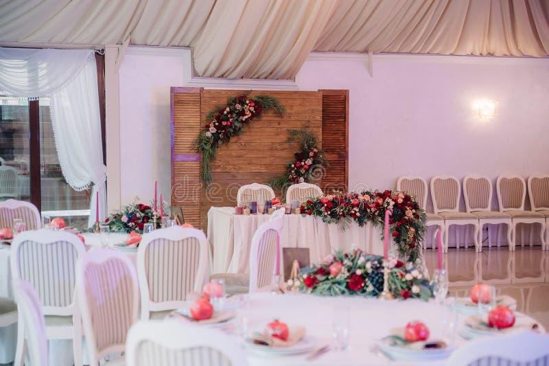 Beautifully dekorerad gästtabell, med namn för gäst` s på granatäpplet royaltyfri foto