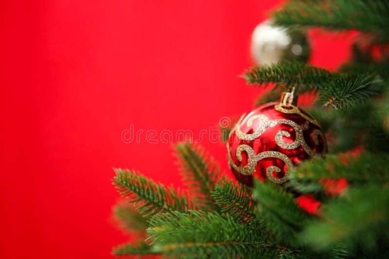 Beautifully dekorerad julgranfärgbakgrund, closeup royaltyfri bild