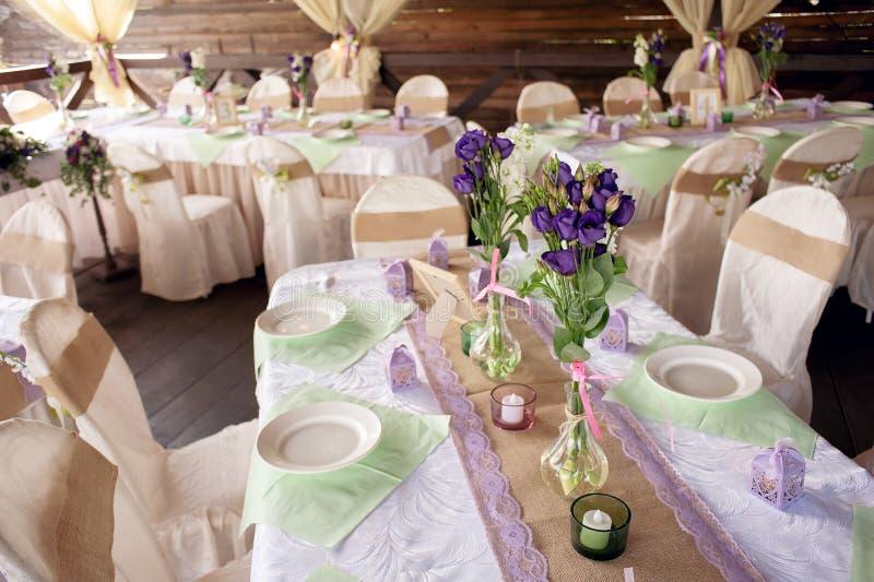 Beautifully dekorerad tabell för bröllopceremonin Den tjänade som banketttabellen dekorerade med nya blommor i den öppna luften arkivbilder