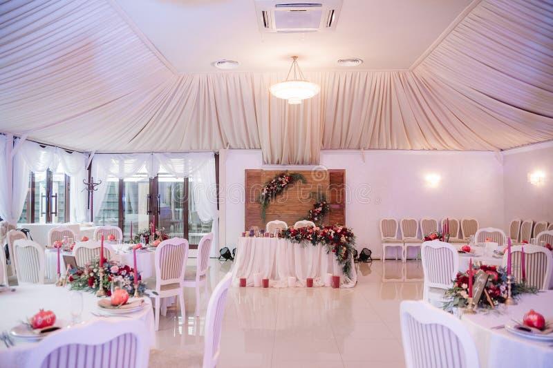 Beautifully dekorerat gifta sig korridoren i vita och röda färger arkivfoto