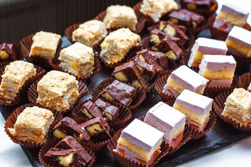 Beautifully dekorerat sköta om banketttabellen med olika matmellanmål, aptitretare med sortimentet av sötsaker på företags christ royaltyfri fotografi