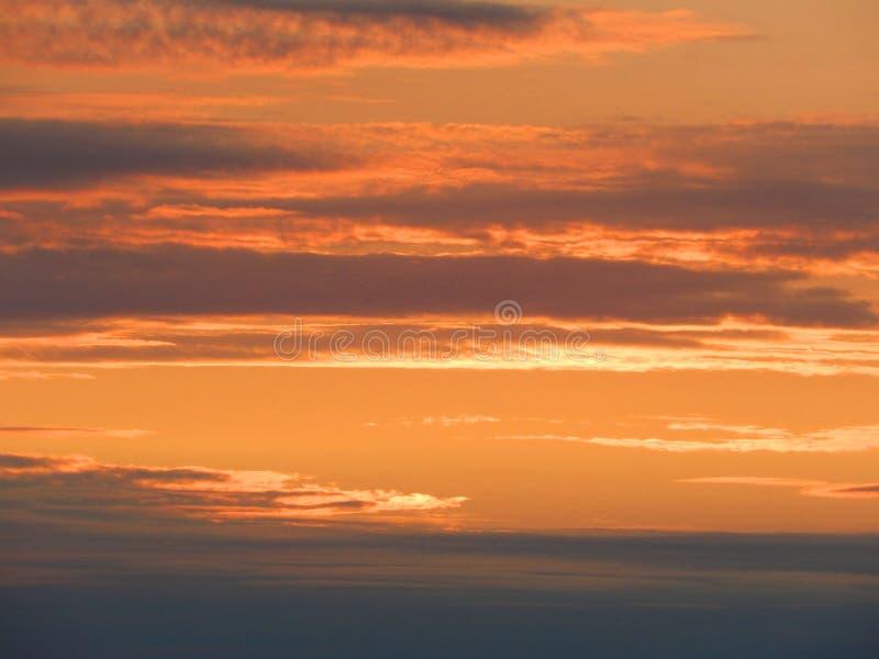 Beautifully färgad orange och grå solnedgånghimmel i norden av Ryssland arkivfoto