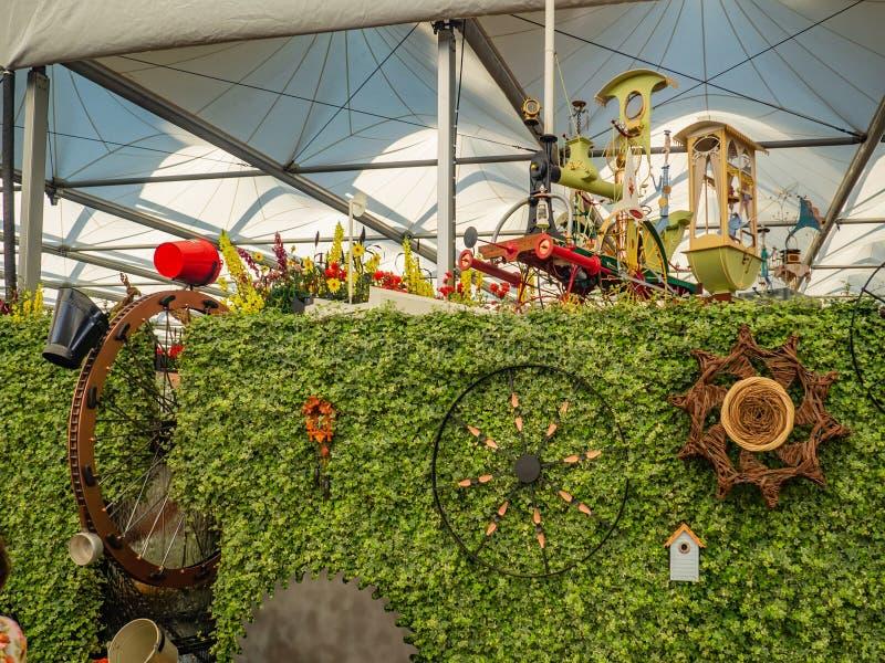 Beautifully planlagda trädgårdar med växter och nyanserade blommasammansättningar på RHS Chelsea Flower Show fotografering för bildbyråer
