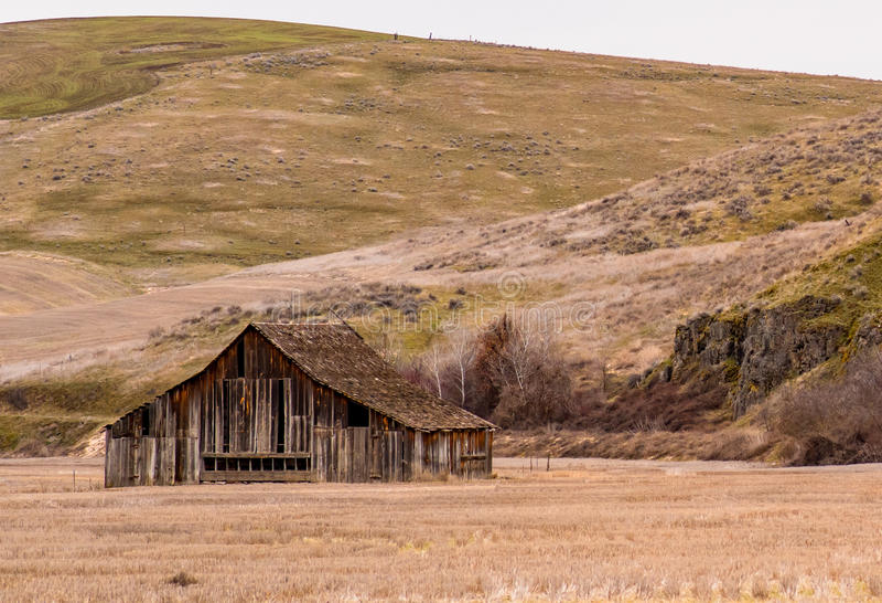 Beautifully riden ut gammal ladugård nära Dufur, Oregon arkivfoton