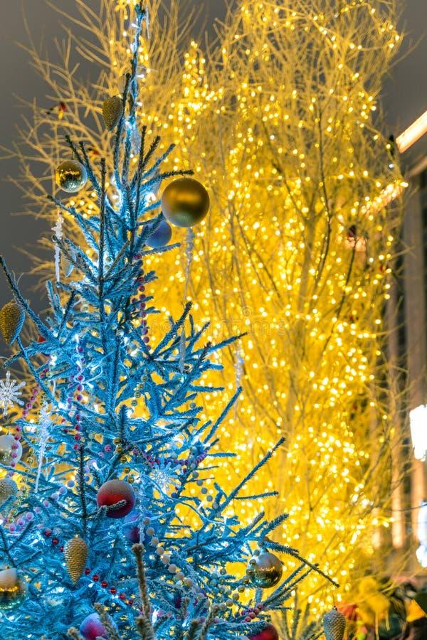 Beautifuly dekorerade julgranen i staden på natten arkivbilder