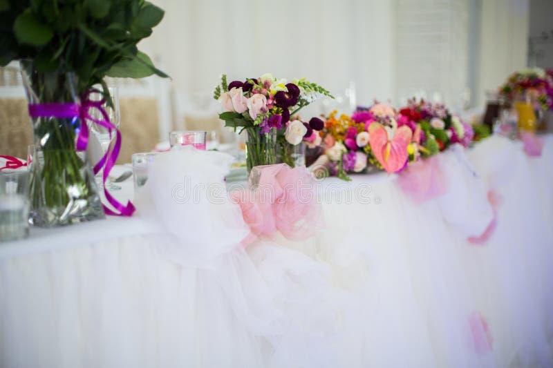 Beautifuly dekorerade tabellen för bröllopmottagandet som täcktes med nytt royaltyfri foto