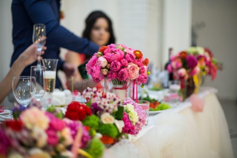 Beautifuly dekorerade tabellen för bröllopmottagandet som täcktes med nytt arkivbild