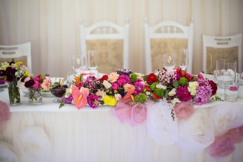 Beautifuly dekorerade tabellen för bröllopmottagandet som täcktes med nytt royaltyfri bild