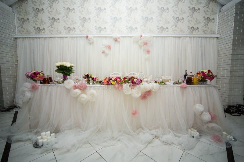 Beautifuly dekorerade tabellen för bröllopmottagandet som täcktes med nytt arkivfoton
