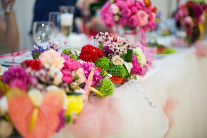 Beautifuly dekorerade tabellen för bröllopmottagandet som täcktes med nytt royaltyfri fotografi