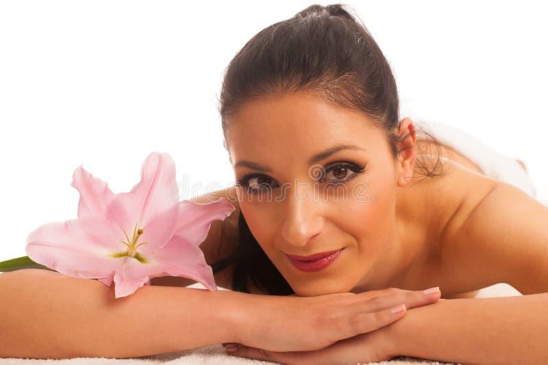 Beautifulyoung kobieta ma odmłodnieje masaż w wellness zdjęcia stock