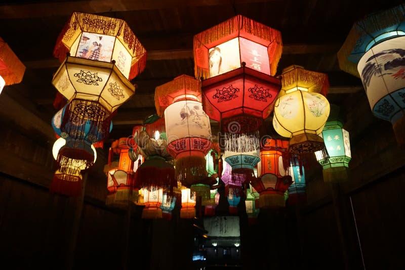 Beautifuul中国传统灯笼在许多的夜在光的灯笼 免版税库存照片
