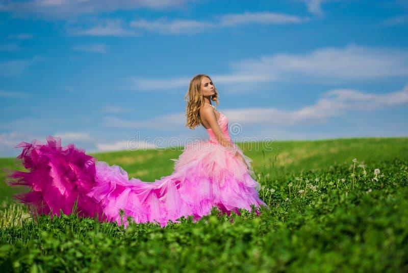 Beautifyl dam med hennes drömma blick royaltyfri foto