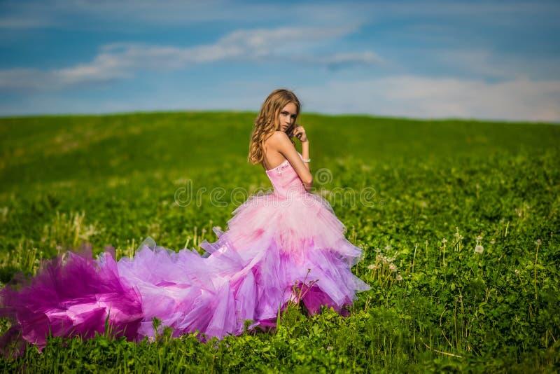 Beautifyl dam med hennes drömma blick fotografering för bildbyråer