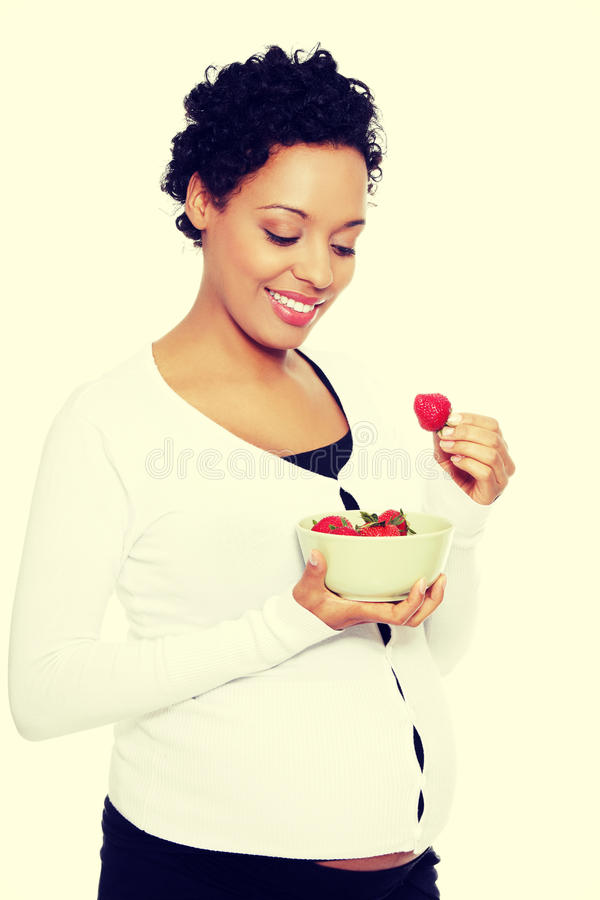 Beautifyl jonge vrouw die aardbeien eten royalty-vrije stock foto