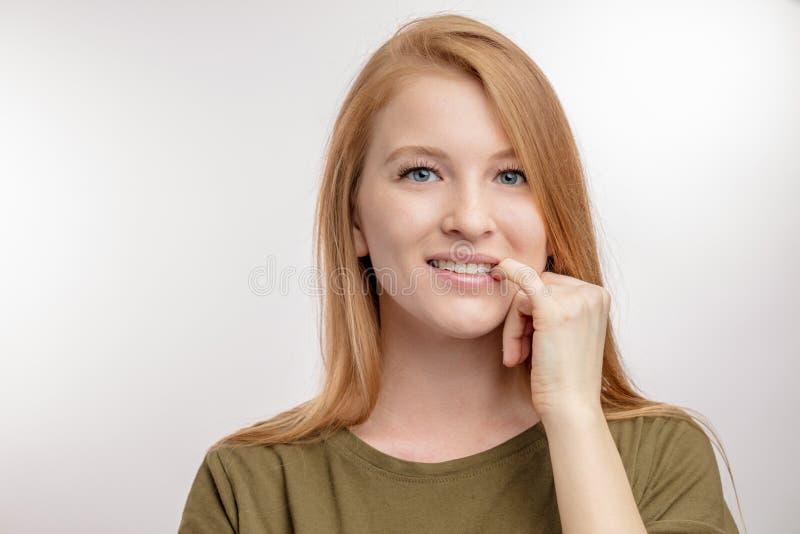 Beautifyl som den unga kvinnan är stickande henne, spikar dåligt habbitbegrepp arkivbild