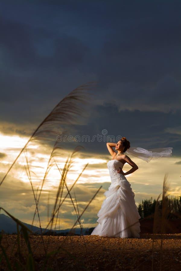 Beautuful panna młoda w lesie, chmurny mroczny niebieskie niebo obrazy stock