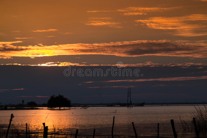 beautuful zonsondergang bij dam in Thailand stock foto
