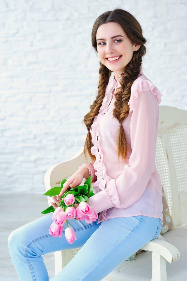 Beautul与桃红色郁金香的妇女画象 免版税库存照片