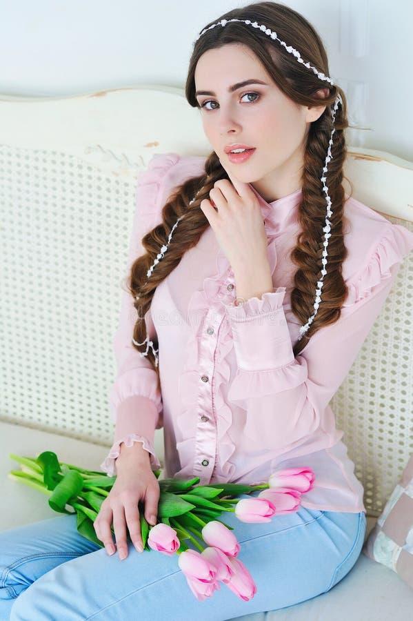 Beautul与桃红色郁金香的妇女画象 库存照片
