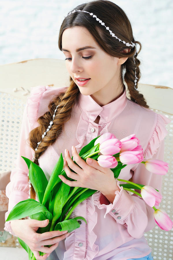 Beautul与桃红色郁金香的妇女画象 免版税库存图片
