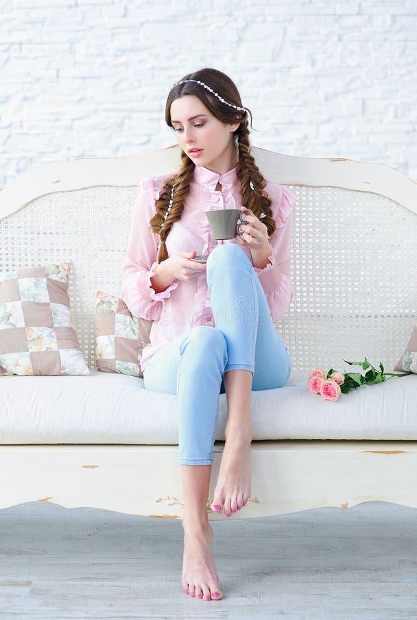 Beautul妇女画象早晨咖啡 免版税库存图片