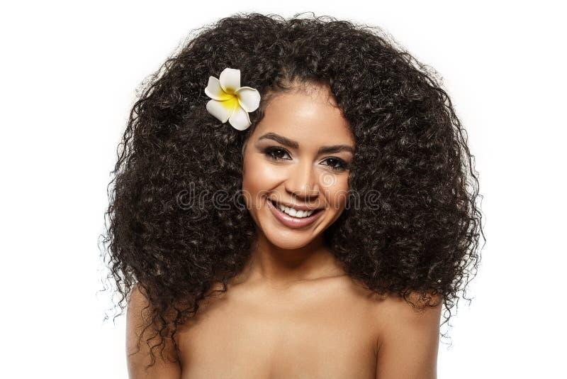 Beauty Black Skin Modefrau afrikanische ethnische weibliche Gesichtspassage Junge Mädchen-Modell mit afro stockfotografie