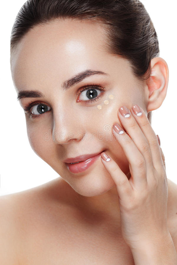 Beauty Girl Try to Different tones of Foundation Concealer. Natural Makeup for Brunette Woman with Beautiful Face. Makeover. Per stock images