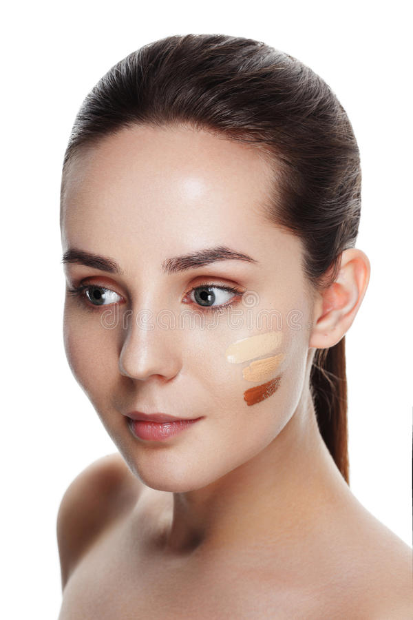 Beauty Girl Try to Different tones of Foundation Concealer. Natural Makeup for Brunette Woman with Beautiful Face. Makeover. Per stock photos
