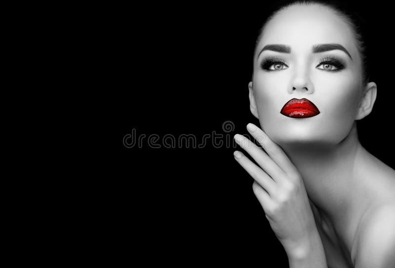 Beauty Glamour Fashion brunette Modell Mädchen Schwarz-Weiß-Portrait Schöne sexy Frau mit perfektem trendigen Make-up lizenzfreies stockbild