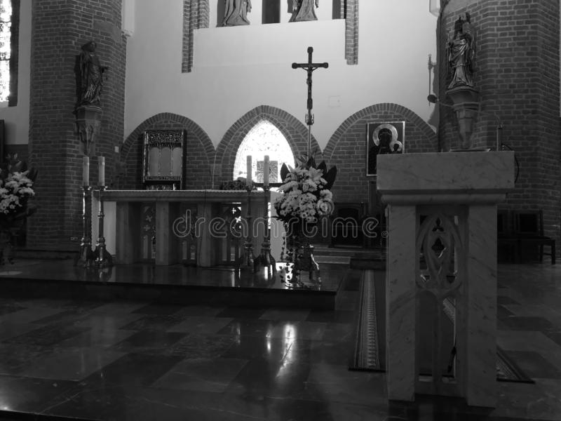 Beauty interior, Saint Nicolaus-katolska kyrkan i Elblag, Polen Konstnärligt utseende i svartvitt royaltyfri bild