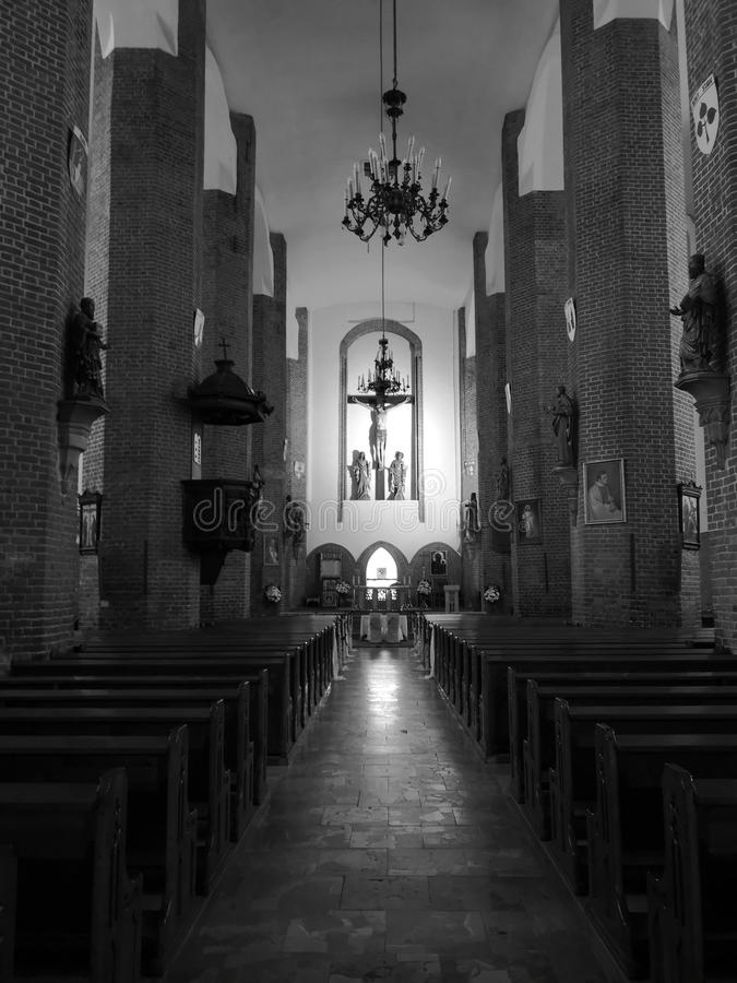 Beauty interior, Saint Nicolaus-katolska kyrkan i Elblag, Polen Konstnärligt utseende i svartvitt arkivfoto
