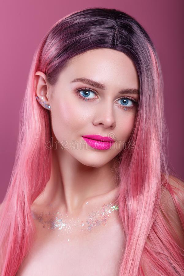 Beauty Mode Model Girl mit farbigen rosa Haaren Mädchen mit heller Make-up und rosa Lippen lizenzfreie stockfotografie