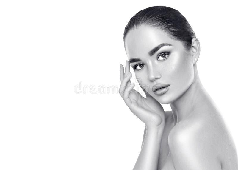 Beauty spa donkerbruine vrouw wat betreft haar gezicht Skincare stock afbeelding
