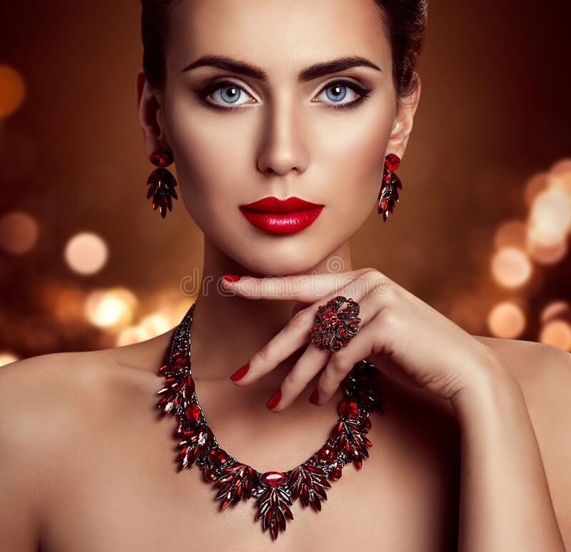 Free Beauty Woman Face Makeup And Jewelry, Fashion Model Portrait With Jewellery Over Shining Lights Background Stock Photo - 208508850