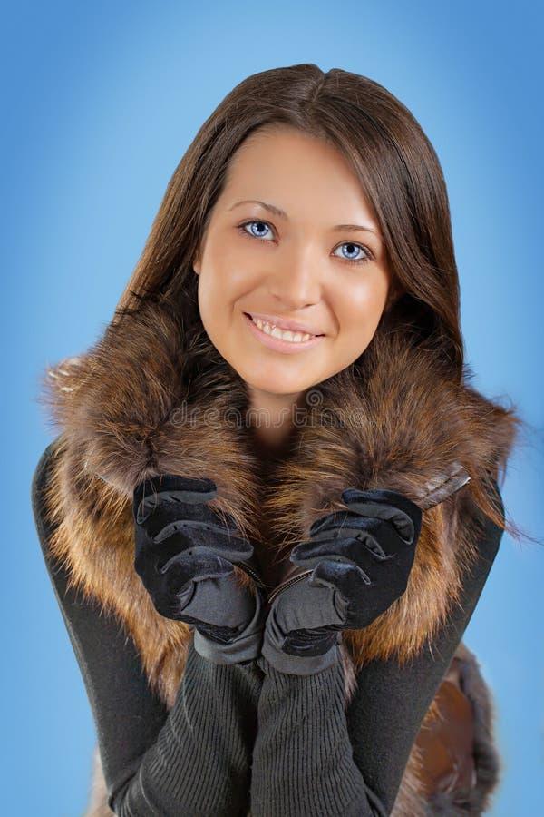 Beautyful девушка брюнет на голубой предпосылке стоковая фотография
