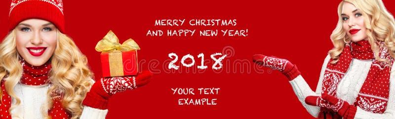 Beautyful blonde gelukkige vrouw met Kerstmisvakje gift op rode achtergrond met exemplaarruimte Kerstmis en Nieuwjaaraffiche stock foto's