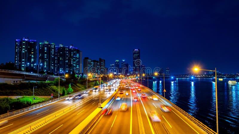Beautyful di traffico a Seoul alla notte ed al paesaggio urbano fotografie stock libere da diritti