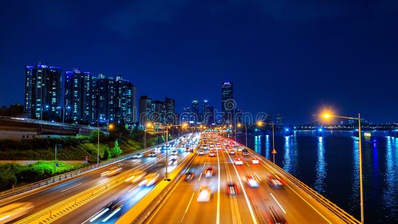 Beautyful di traffico a Seoul alla notte ed al paesaggio urbano immagini stock libere da diritti