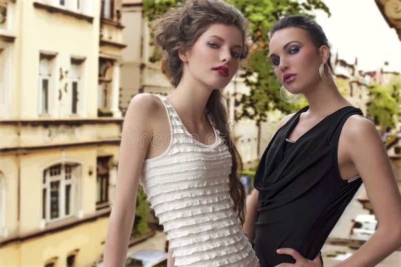 Beautyful Frauenelegantes draußen gekleidet lizenzfreie stockfotografie