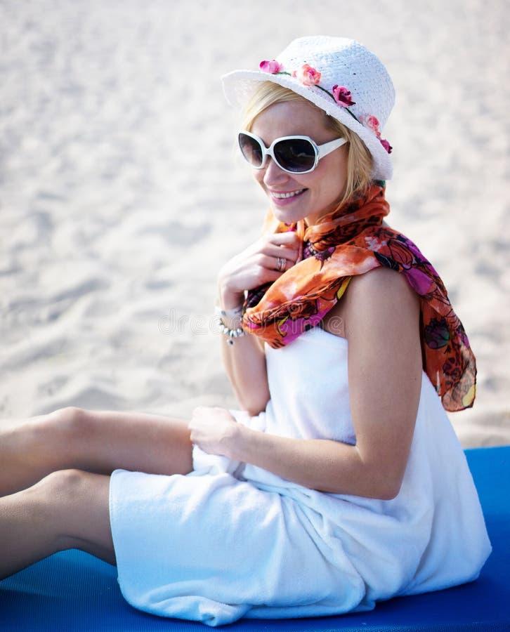 Beautyful kobieta przy plażą zdjęcia royalty free