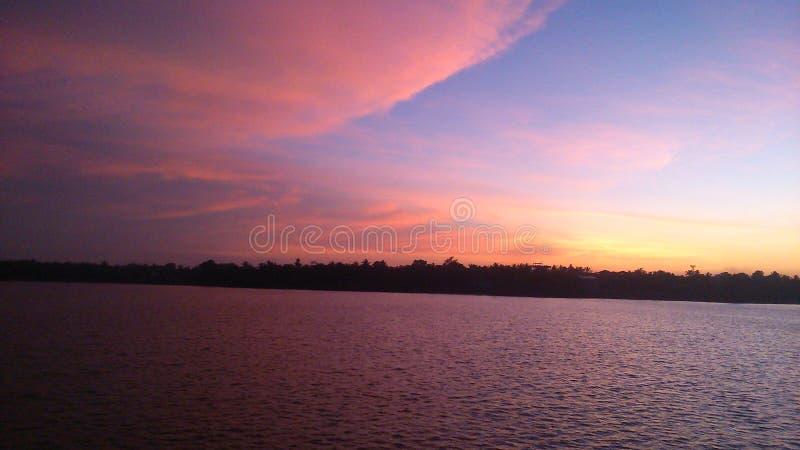 Beautyful solnedgång med viewesjön royaltyfria bilder