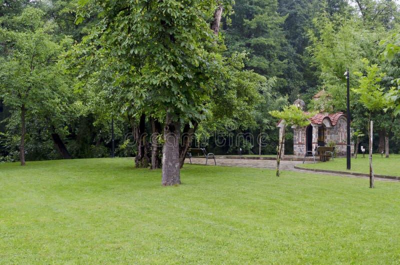 Beautyfullandschap met kapel na regen in koel hoekje van park Rila royalty-vrije stock foto's