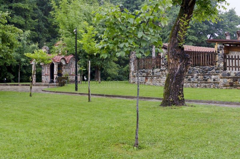Beautyfullandschap met kapel na regen in koel hoekje van park Rila dichtbij stad Dupnitsa royalty-vrije stock afbeelding